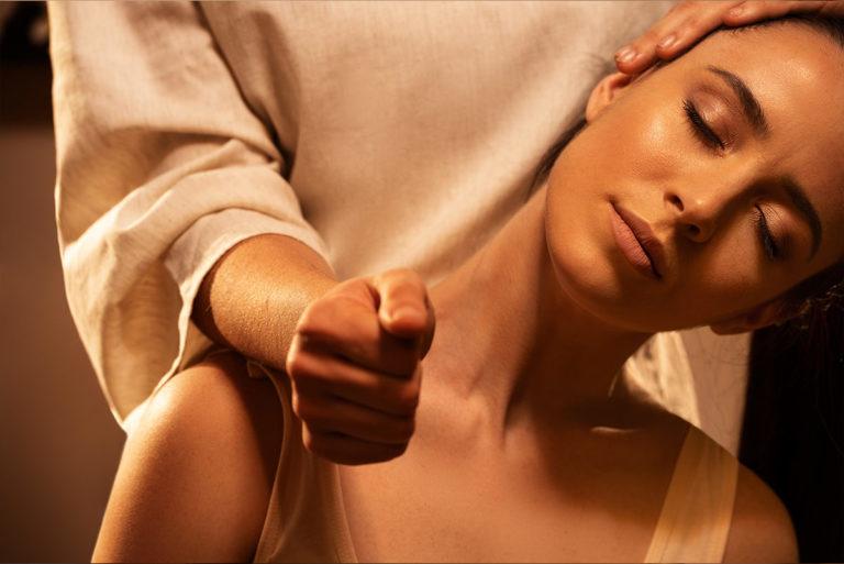 Devari Massage Frau Nacken